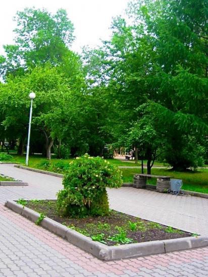 В Комсомольском парке, где всегда много детишек гуляет с мамами, есть достопримечательность - зеленый гриб с маленьким грибочком. Сразу и не подумаешь, что это символ Мамы с ребенком. А в разные годы этот гриб цветет по-разному: то красными, то зелеными,