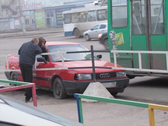 Водитель иномарки попытался обогнать троллейбус и въехал в ограждение