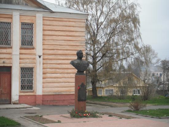 памятник дважды герою Советского Союза Клубову Александру Фёдоровичу. Совершил 457 боевых вылетов, участвовал в 95 воздушных боях, лично сбил 31 самолёт противника и 19 в группе. Погиб 13 ноября 1944 года.