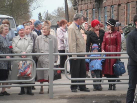 жители села на митинге.