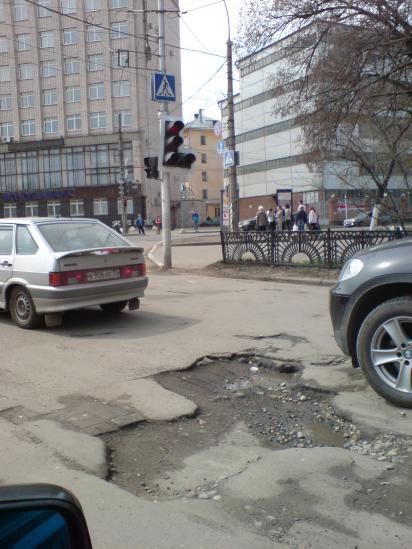 Вологодская колдобина: ул. Батюшкова у памятника Ильюшину