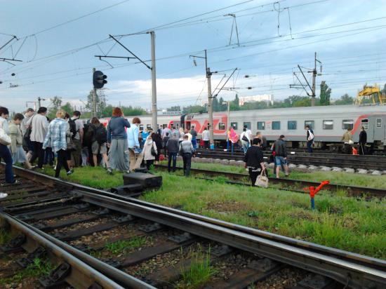 Подойдя к поезду, все хотели бы получить хоть какую-нибудь информацию.