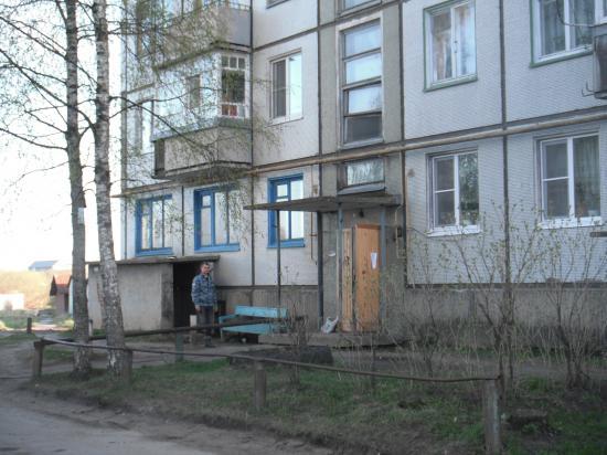 подьезд дома, где жил погибший.