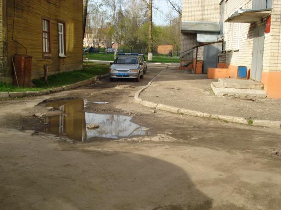 Дворик находится всего в 10 метрах от опорного пункта полиции. Здесь же располагается заместитель главы г.Вологды. Начальник Управления по с.Молочное.