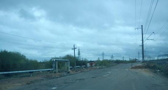 вырытые ямы, незаконченные дренажные колодцы, разбитые большегрузной техникой обочины