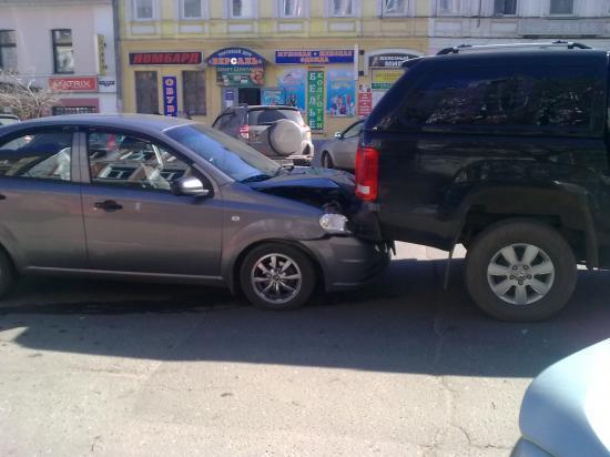 На улице Ленина одна иномарка врезалась в другую