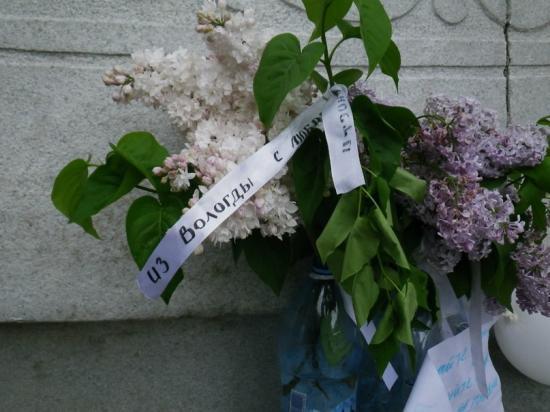 Вологодская ленточка на цветах, возложенных к памятниу Абая Кунанбаева