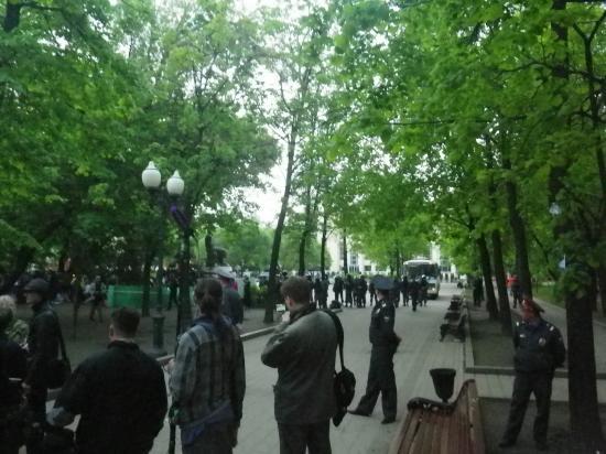 Чисторпрудный бульвар, полицаи заходят на площадку у памятника Абаю Кунанбаеву