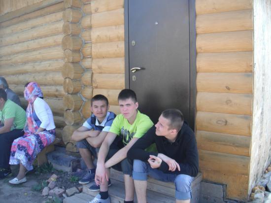 у храма всегда много детей, они помогают в воотановлении храма