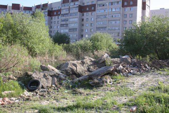К плитам теперь сгружают строительный грунт и мусор, а также всё, что дорого увозить на свалку.