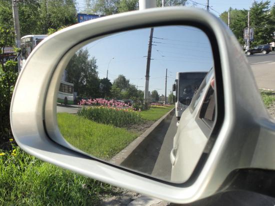 ул.Мира из окна автомобиля. Тюльпаны просто прелесть