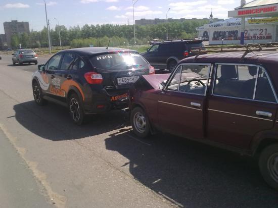 Одна легковушка догнала другую на Окружном шоссе