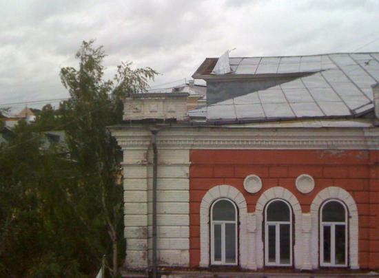 Лист железа может оторваться с крыши!