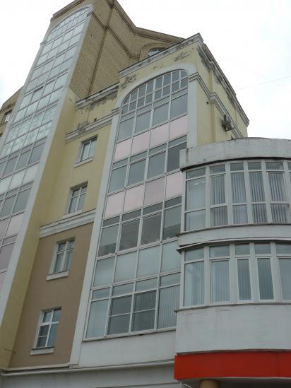 Три уровня у здания - один к другому не подходит, и все одинаково уродливы.