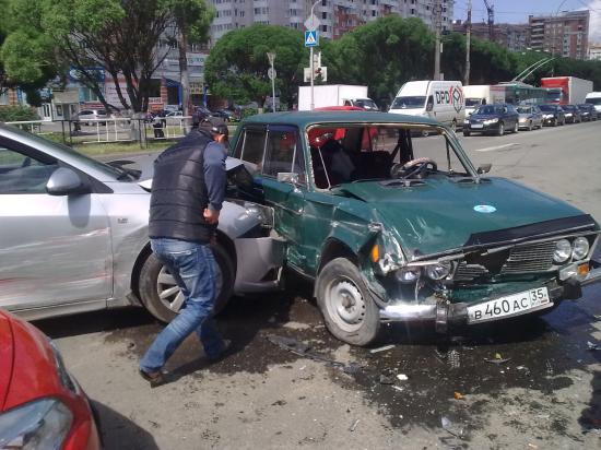 На улице Ленинградской столкнулись сразу три автомобиля