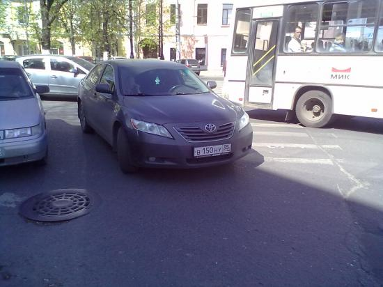 Водитель убежал, пассажирка стыдливо прикрывала глаза рукой