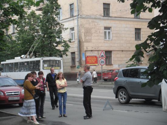 водитель автобуса, кондуктор и группа поддержки