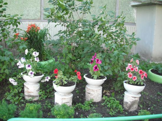 вот такие вазоны с цветами стоят у домов