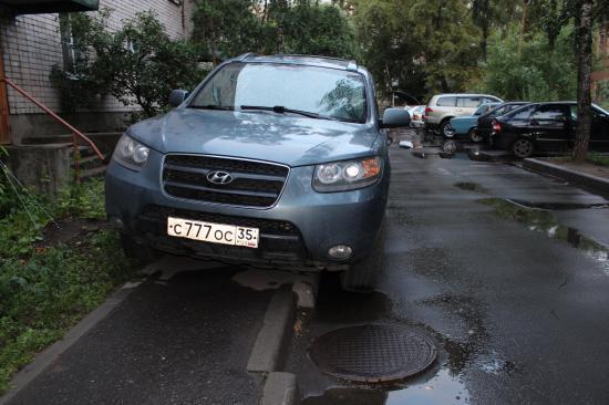 Водитель иномарки припарковал автомобиль прямо на тротуаре