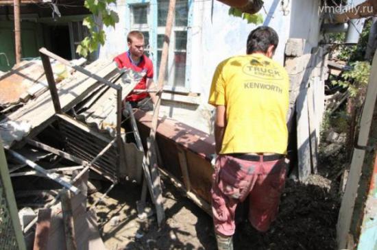 В основном на разрушенных территориях требуется мужская сила. Но среди добровольцев есть и женщины, они работают в самом лагере и на разборе гуманитарной помощи (фото с сайта upinfo.ru)