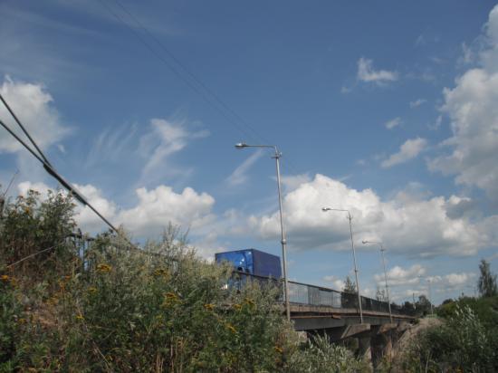 когда по мосту проезжают машины, то мост качается