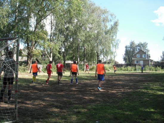 а в парке разгорелись футбольные страсти. Играли команды из Кубенского, Макарово, Остахово и ФСИН. Победила, как всегда, дружба!