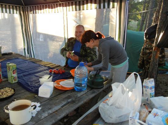 на берегу готовый стол, очаг, осталось только поставить палатки и шатер