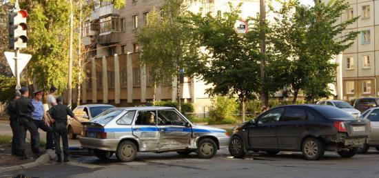 Легковушка и полицейская машина не поделили проезжую часть на перекрестке Предтеченская - Козленская