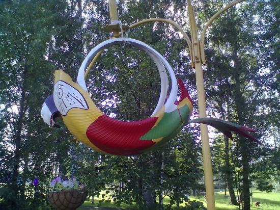 А этот попугай сделан из покрышки. Лебедей из этого материала я видела, а вот экзотических птиц - нет. Молодцы!