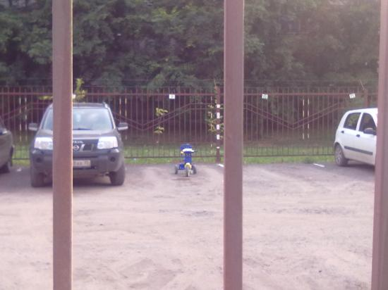 На стоянке - аккуратно припаркованный самокат.