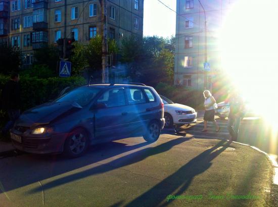 Всмотритесь в фотографию над крышей машины изображение черта. Может он виноват в этой аварии?