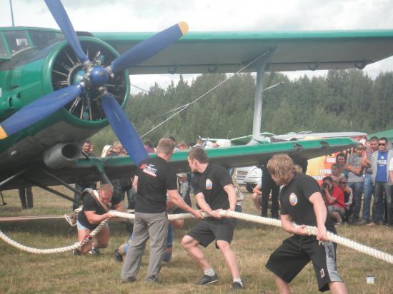 Самолёты не только летали, но их ещё и таскали