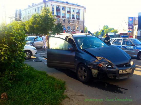 По счастливой случайности в момент аварии на тротуаре не оказалось пешеходов