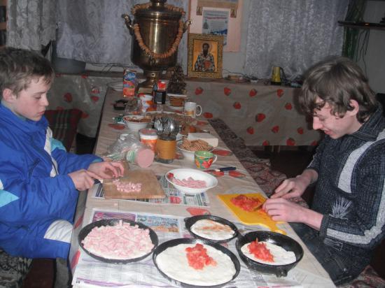 мальчишки делают пиццу