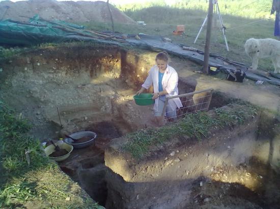 Чуть в стороне от лагеря расположен один из трех раскопов. Несколько лет назад немецкие ученые с помощью приборов обнаружили на этом месте магнитную аномалию.