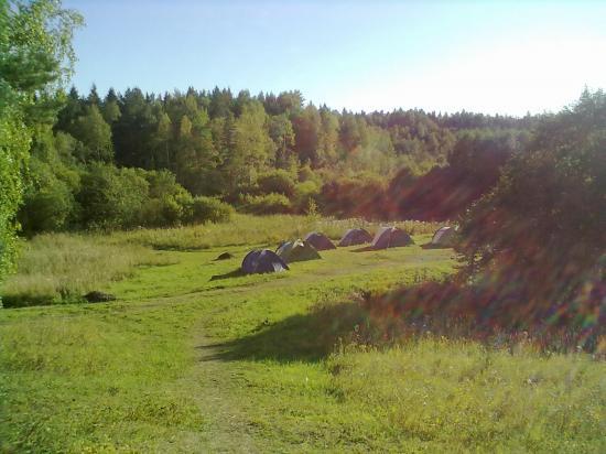 Основной лагерь находится у подножья холма, на котором было древнее поселение.