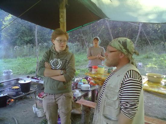 Александ знакомит Надю с распорядком в лагере. Подъем в 7.30. В 8.00 завтрак. Днем час на обед, ужин в 20.00. Как такового отбоя нет, но намаявшись за день, ребята стараются лечь пораньше. На следующий день опять ранний подъем.