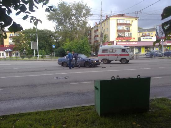 Автобус Паз ехал по улице Мира от вокзала в сторону центра. В это время со стороны ул. Предтеченская на пересечении с ул. Мира выскочил автомобиль BMW. Произошло столкновение. Водители автомобилей вышли, пообщались и спустя несколько минут разъехались. (п