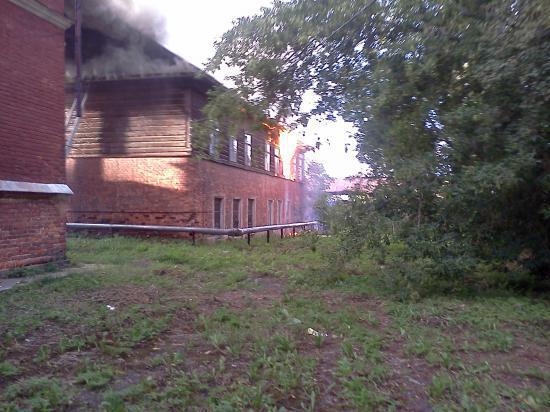 В Устюжне загорелось двухэтажное здание бывшей школы искусств