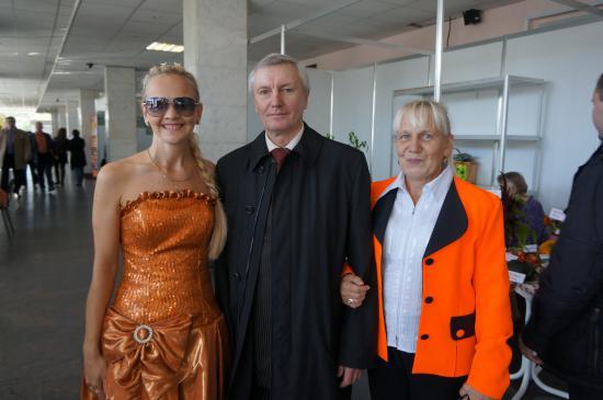 на фото: Борисова Галина Геннадьевна ( участник конкурса Дары осени -2012), Алексей Акишин, председатель городского совета ветеранов.