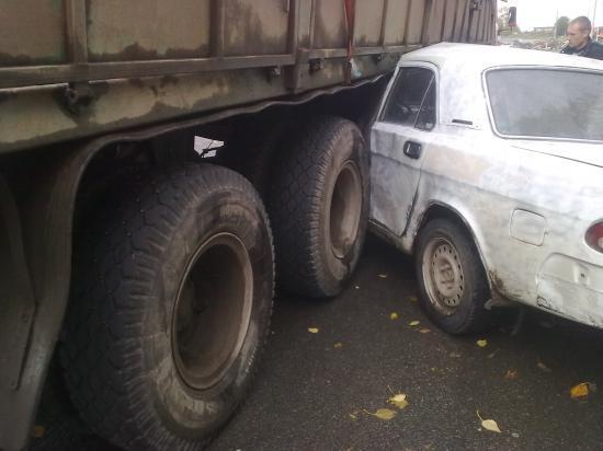 Водитель легковушки чудом избежал серьезных травм