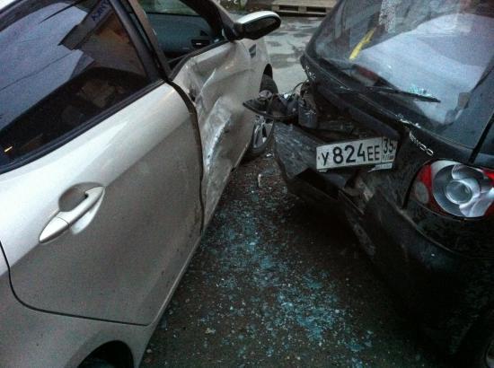 машины стояли друг от друга на расстоянии 2 метра