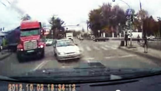 Водитель грузовика едва  не стал виновником лобового столкновения