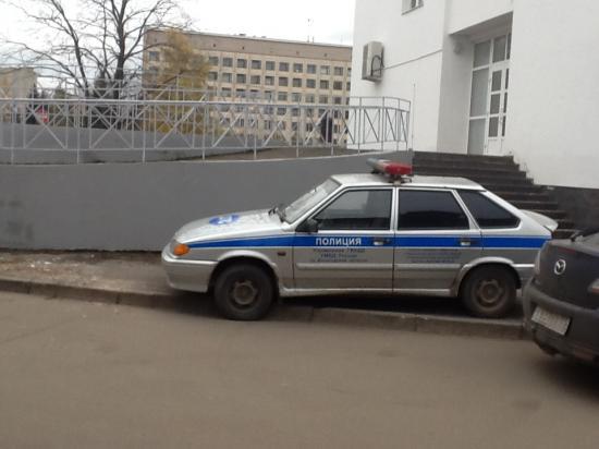 И ничего же не поделать, черт возьми, мест нет для парковки, но что ж поделаешь? Когда же это интересовало инспекторов?