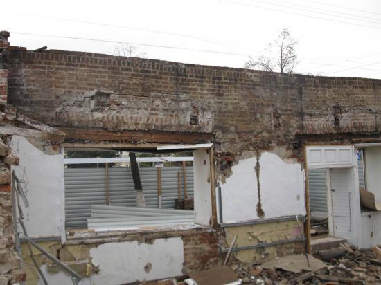 В процессе работы строителей вдоль стены пошла трещина