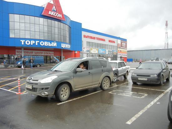 Автомобилист выбрал место, предназначенное для инвалидов, при этом почти вся парковка была свободна