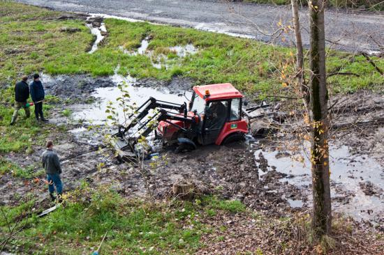 .  Трактор провалился настолько сильно, что для его вызволения пришлось вызывать груженный МАЗ.