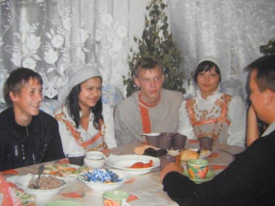 воспитанники вологодского детского дома №1 каждый год помогают в восстановлении храма Василия Великого на Едке