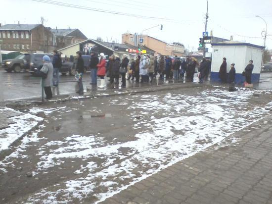 В ожидании своего автобуса вологжанам негде укрыться от непогоды