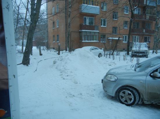 дети уже используют свежую кучу снега как горку... хоть какая то польза